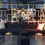 location table basse dorée coussins mobilier velours noir