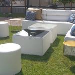 mobilier blanc pouf velours table basse dorée